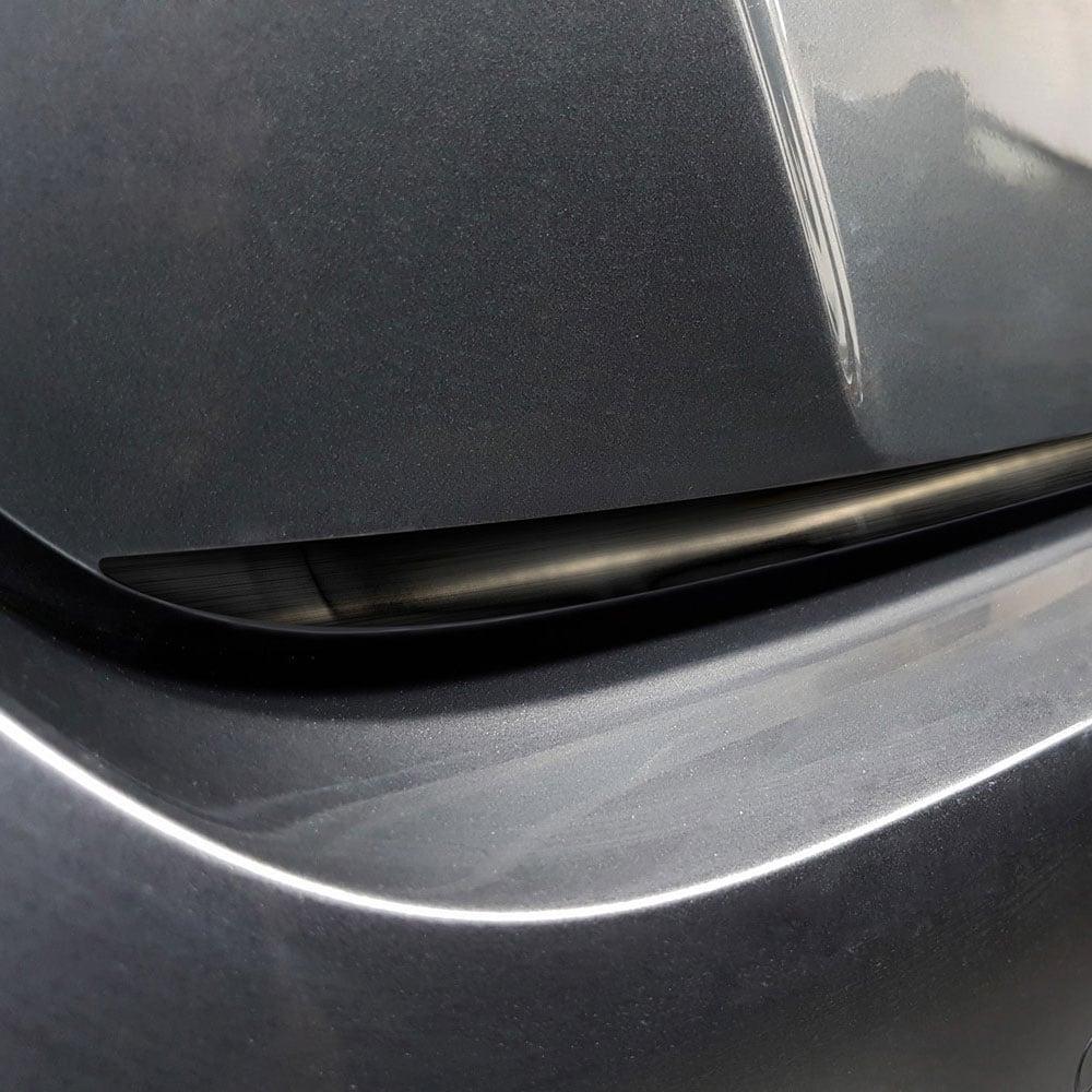 Detalj till bakluckan i svart borstat stål till Nissan Leaf